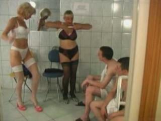 7 matures et 0 jeunes dans un sauna