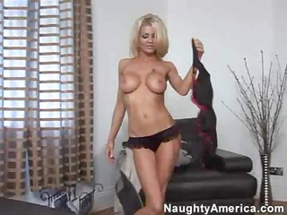 smokin sexy golden-haired housewife